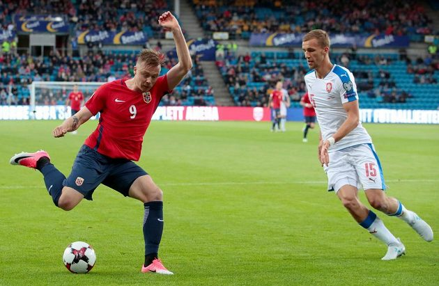 Alexander Toft Soderlund z Norska se snaží odcentrovat přes Tomáše Součka (vpravo).