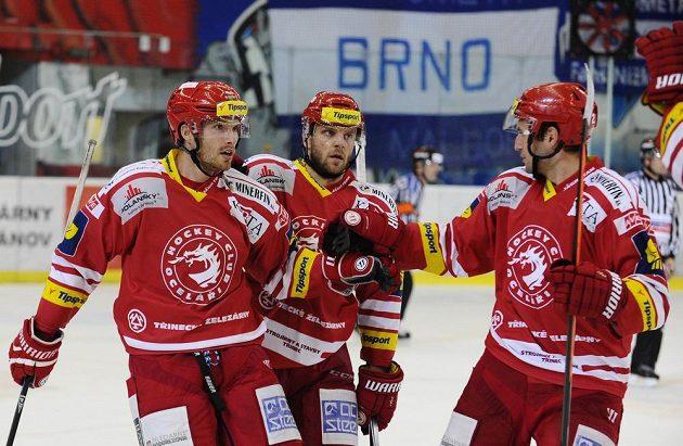 Třinečtí hokejisté oslavují výhru v Brně. Zleva útočník Tomáš Plíhal, obránci Lukáš Galvas a Tomáš Linhart.