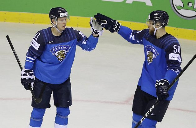 Finští hokejoví reprezentanti Joel Kiviranta a Jani Hakanpaa slaví gól v síti Velké Británie v utkání mistrovství světa.