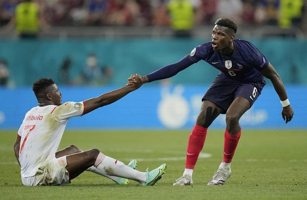Francouz Paul Pogba pomáhá na nohy Breelu Embolovi ze Švýcarska.