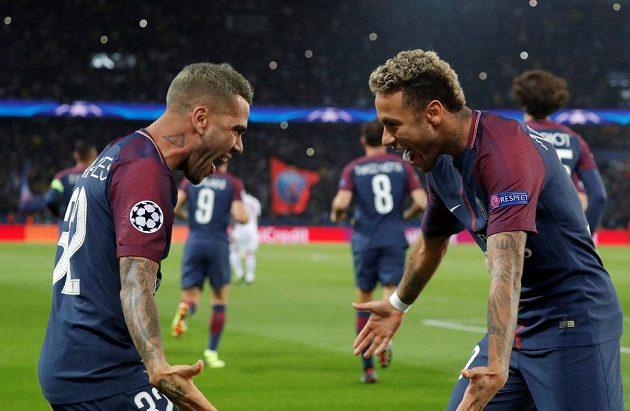 Dani Alves (vlevo) a Neymar z PSG slaví první gól proti Bayernu.