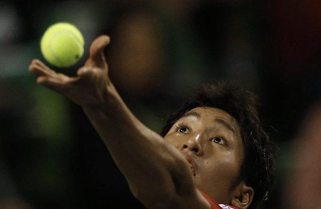 Japonský tenista Učijama podává v zápase proti českému reprezentantovi Rosolovi.