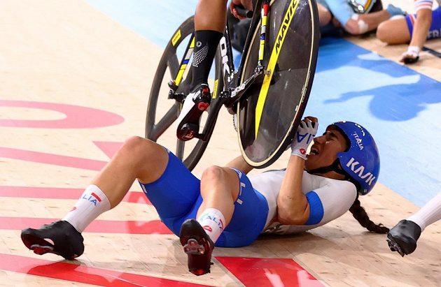 Děsivý moment z olympijského závodu ve scratchi. Egypťanka Ebtissam Ahmedová přejíždí kolem přes ležící Italku Elisu Balsamovou.