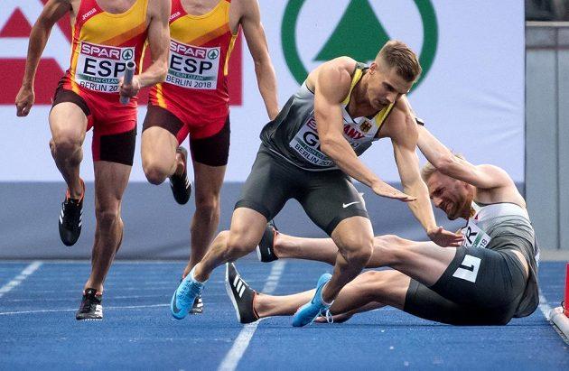 Konec německé štafety 4x100 m v rozběhu. Lucas Jakubczyk (vpravo) a Julian Reus měli kolizi.