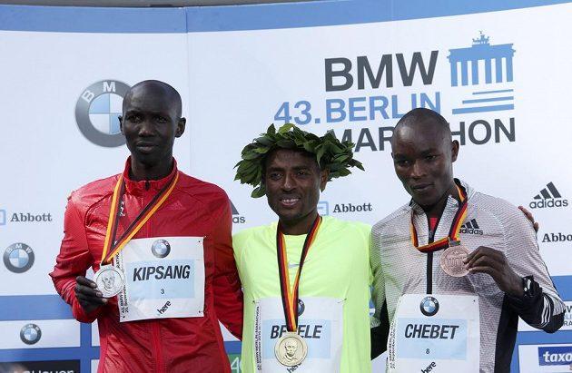Stupně vítězů berlínského maratónu: zleva druhý Keňan Wilson Kipsang, zlatý Kenenisa Bekele a třetí další Keňan Evans Chebet.