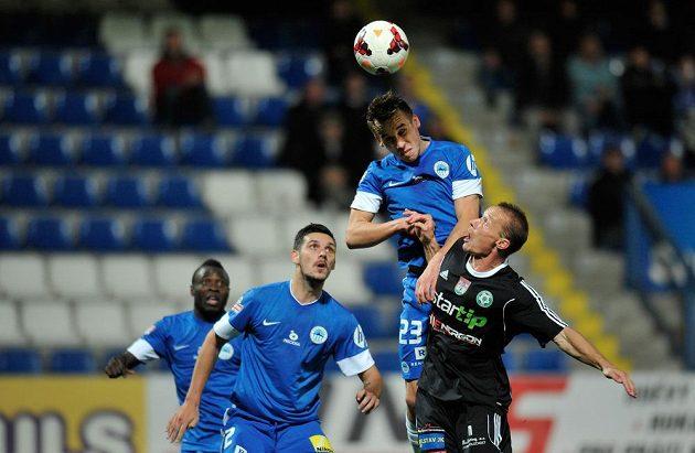 Liberecký záložník Josef Šural (druhý zprava) hlavičkuje míč před obráncem Příbrami Tomášem Zápotočným.