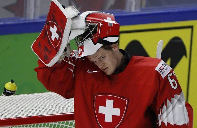 Švýcarský brankář Leonardo Genoni po jednom z inkasovaných gólů v utkání se Švédy.