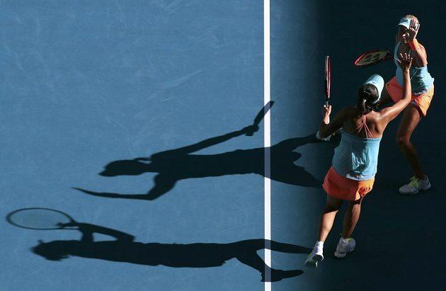 Plácnutí Andrey Hlaváčkové (nahoře) s Pcheng Šuaj po vítězném míčku ve finále ženské čtyřhry na Australian Open.