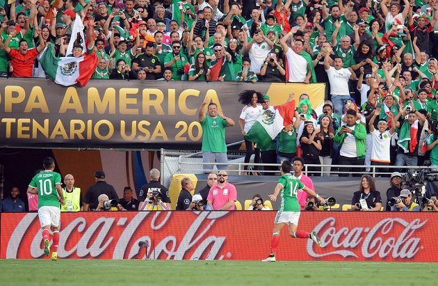 Útočník Javier Hernández (14) zařídil výhru Mexika nad Jamajkou.