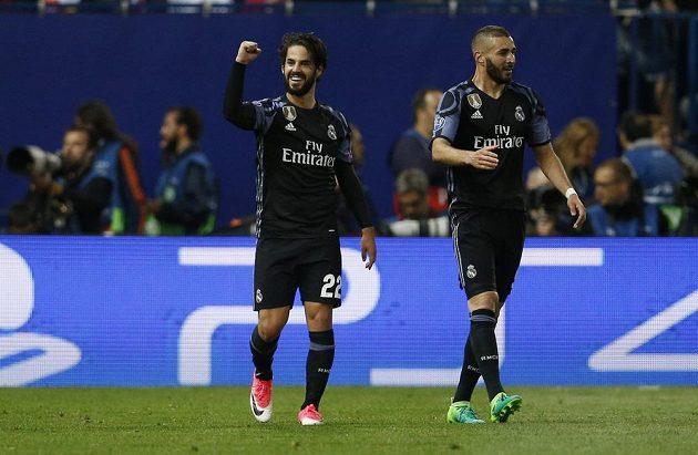 Isco (vlevo) z Realu zařídil důležitý gól proti Atlétiku, na snímku je dále Karim Benzema.