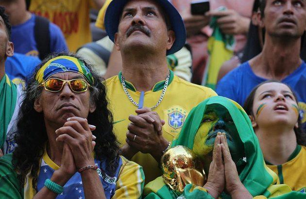 Brazilští fanoušci se modlí za své fotbalisty.