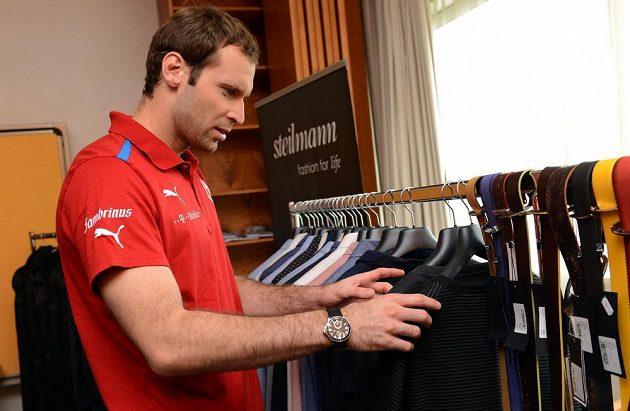 Brankář Petr Čech si prohlíží kolekci oblečení Stones.
