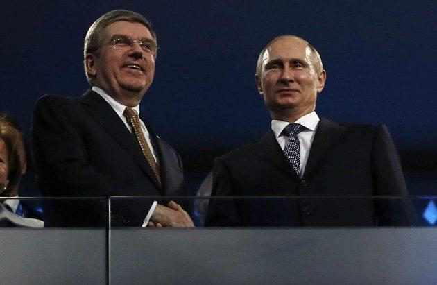 Předseda MOV Thomas Bach (vlevo) a ruský prezident Vladimir Putin při zakončení her v Soči.