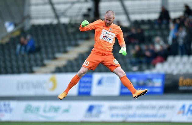 Brankář Jablonce Vlastimil Hrubý se raduje z druhého gólu svého týmu proti Spartě.