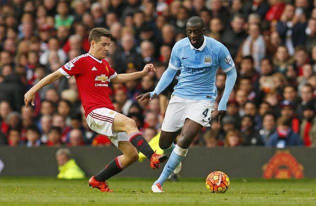 Ander Herrera z Manchesteru United (vlevo) se snaží obrat o balón Yaya Tourého z Manchesteru City.