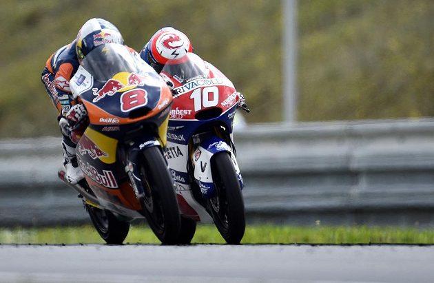 Závod kategorie Moto3: vlevo Australan Jack Miller, vpravo vítězný Francouz Alexis Masbou.