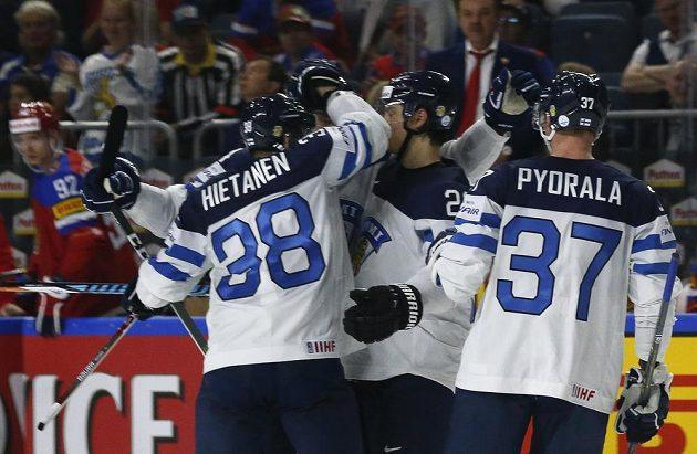 Hokejisté Finska oslavují gól vstřelený Rusku v duelu o bronz.