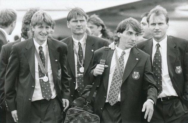 Slavný návrat vicemistrů Evropy 1996 - zleva Michal Horňák, Luboš Kubík, Jiří Němec a Václav Němeček.