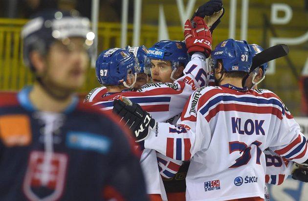 Čeští hokejisté se radují z gólu proti Slovákům.