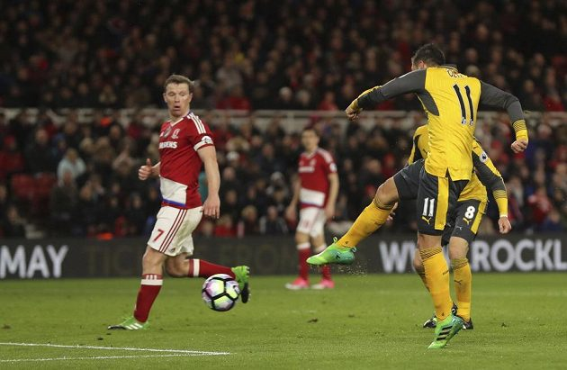 Mesut Özil z Arsenalu střílí vítězný gól proti Middlesbrough.