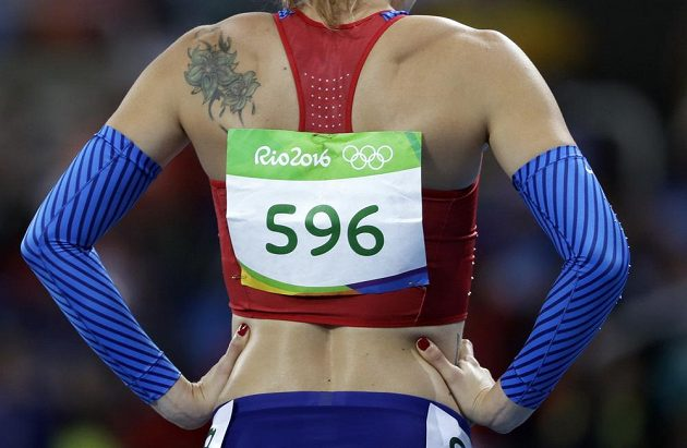 Denisa Rosolová před rozběhem olympijského závodu na 400 metrů překážek.
