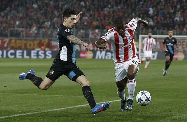 Hector Bellerin (vlevo) z Arsenalu se snaží zastavit Sebu z Olympiakosu Pireus.