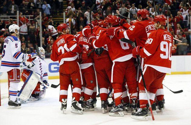 Hokejisté Detroitu se radují s rozhodujícího gólu Marka Židlického proti New Yorku Rangers.