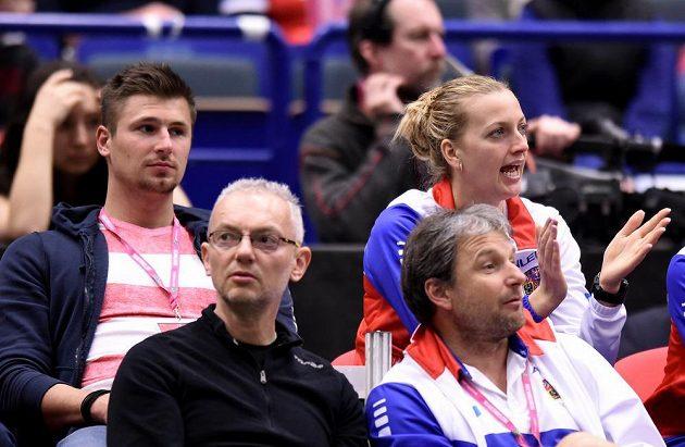 Petra Kvitová a její partner Radek Meidl fandí během čtyřhry.