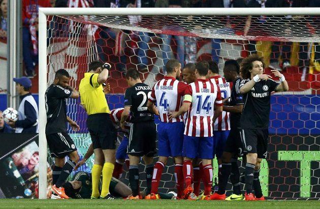 Zraněný gólman Chelsea Petr Čech se svíjí na zemi v úvodním semifinále Ligy mistrů na stadiónu Atlétika Madrid.