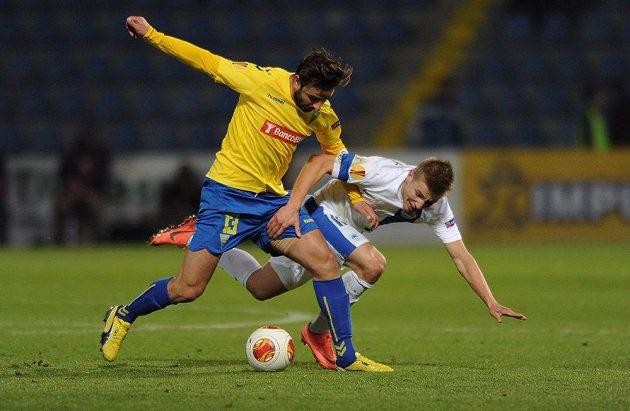 Goncalves dos Santos z Estorilu (vlevo) bojuje o míč s libereckým Martinem Frýdkem.