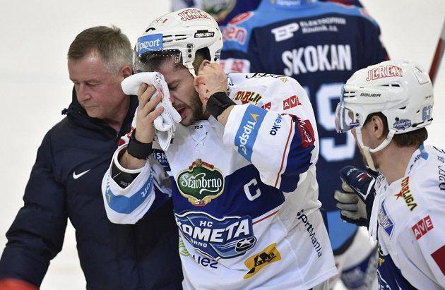 Kapitán domácí Komety Leoš Čermák opouští led po zásahu pukem při utkání s Chomutovem.