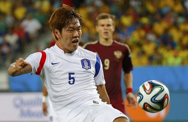 Korejec Kim Jong-kwon v duelu proti Rusku.