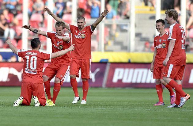 Pavel Horváth (vlevo) se raduje s Davidem Limberským (druhý zleva) a Janem Rezkem ze vstřeleného gólu ve svém rozlučkovém zápase s kariérou.