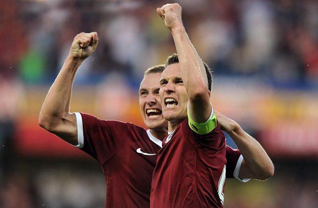 Útočník pražské Sparty David Lafata (vpravo) oslavuje se záložníkem Pavlem Kadeřábkem gól v síti Häckenu.