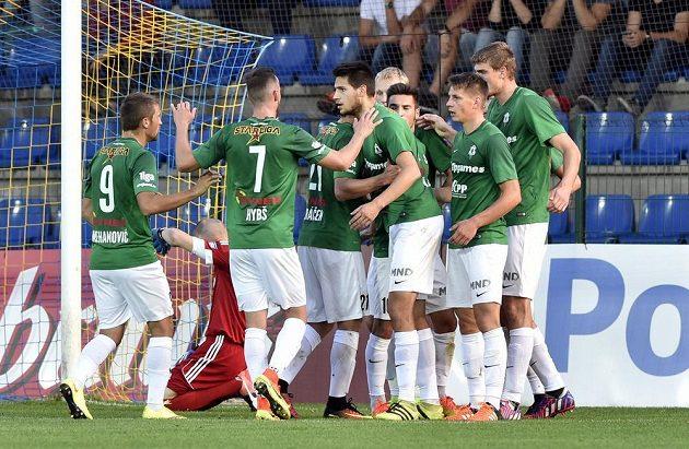 Hráči Jablonce se ve Zlíně radují z gólu.