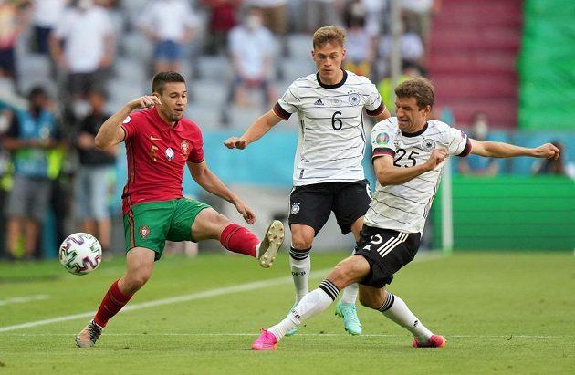 Portugalec Raphael Guerreiro (vlevo) v souboji s Thomasem Müllerem (25) v utkání evropského šampionátu ve fotbale.