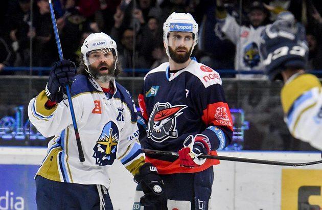 Jaromír Jágr z Kladna (vlevo) se raduje z gólu. Vpravo Lukáš Vantuch z Chomutova.