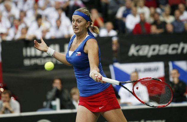 Česká jednička Petra Kvitová odvrací míček v nedělním finále Fed Cupu s Němkou Angelique Kerberovou.