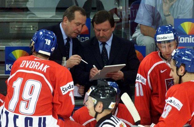 Trenéři Vladimír Martinec a Josef Augusta vybírají hráče pro samostatné nájezdy ve čtvrtfinálovém zápase se Švédskem. Mistrovství světa v ledním hokeji 2001 v Německu.