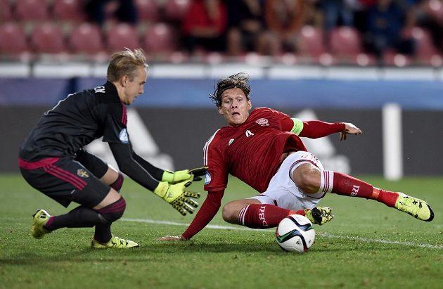 Jannik Vestergaard z Dánska švédského brankáře Patrik Carlgren v semifinálovém utkání nepřekonal.