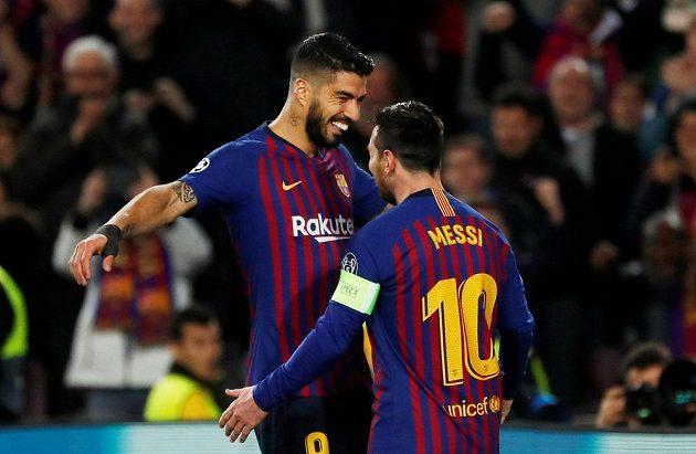 Gól! Hvězdy Barcelony Luis Suárez a střelec Lionel Messi slaví gól v síti Lyonu v utkání Ligy mistrů.