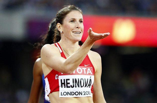 Zuzana Hejnová na startu závodu 400 m překážek.