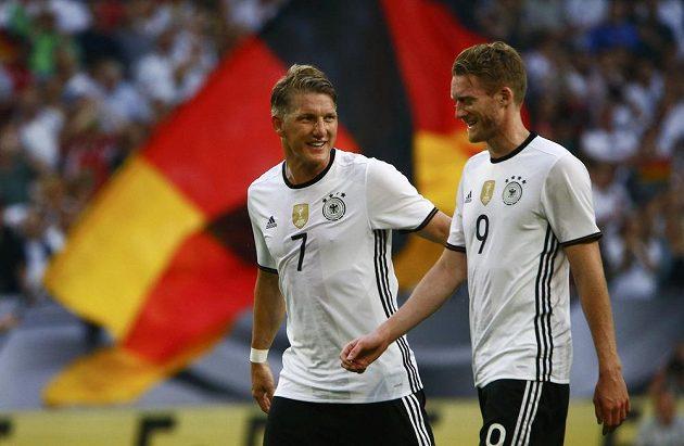 Spokojení němečtí fotbalisté Bastian Schweinsteiger (vlevo) a Andre Schürrle.