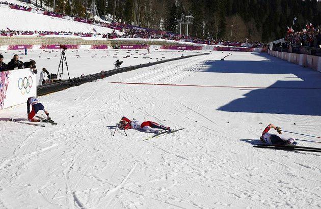 Ostré slunce a rozměklý sníh udělaly z klasické desítky pekelný podnik. Na snímku leží v cílovém protoru vyčerpané Norky (zleva) Therese Johaugová, Marit Björgenová a Astrid Uhrenholdtová Jacobsenová.
