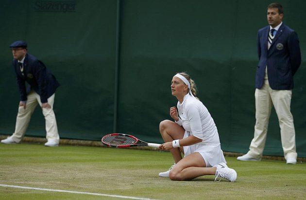Radostné gesto Petry Kvitové v zápase s Rumunkou Soranou Cirsteaovou v prvním kole Wimbledonu.