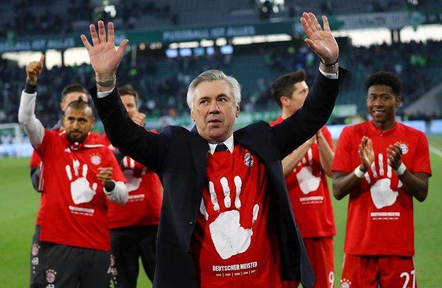 Kouč Bayernu Carlo Ancelotti oslavuje s hráči mistrovský titul.