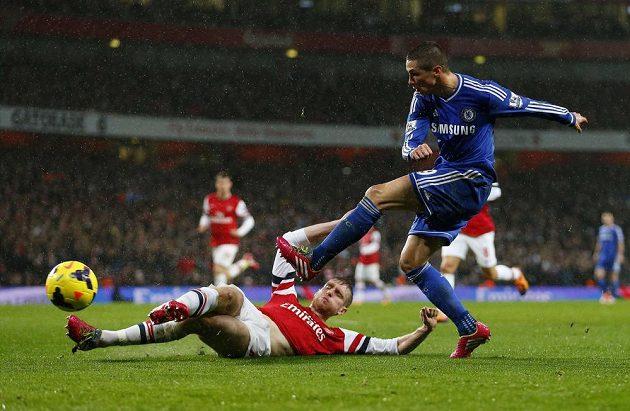 Stoper Arsenalu Per Mertesacker (na zemi) ve skluzu zastavil střelu Fernanda Torrese z Chelsea.
