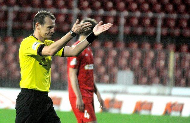 Hlavní rozhodčí Pavel Královec přerušuje utkání mezi Brnem a Slavií kvůli vulgárnímu pokřikování fanoušků na adresu předsedy FAČR Miroslava Pelty.