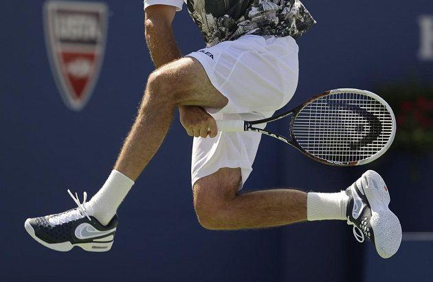 Exhibiční úder Radka Štěpánka při finále čtyřhry na US Open.
