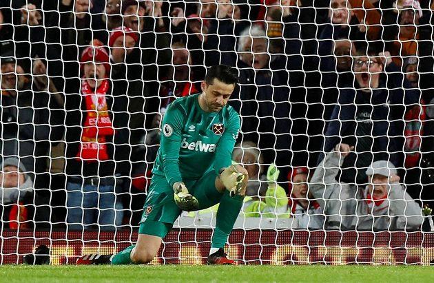 Brankář West Hamu Lukasz Fabianski dostal v Liverpoolu hloupý gól.